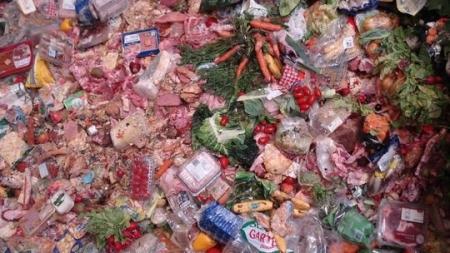 Nahrungsmittel im Müllcontainer