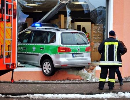 Polizei landet im Schaufenster