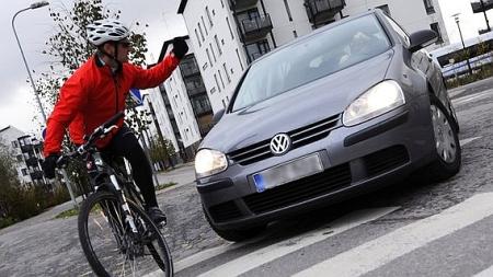 Warum Radfahrer einen Zebrastreifen zu Fuß überqueren sollten